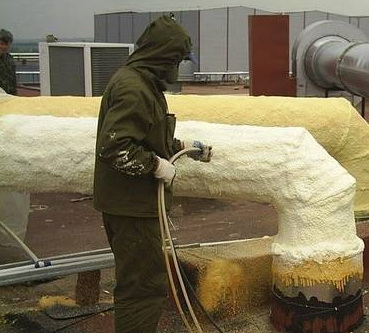 Полиуретан напыляется в труднодоступных местах для утепления