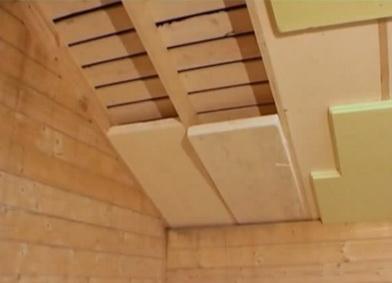 Установка пенопласта между стропил при утеплении крыши