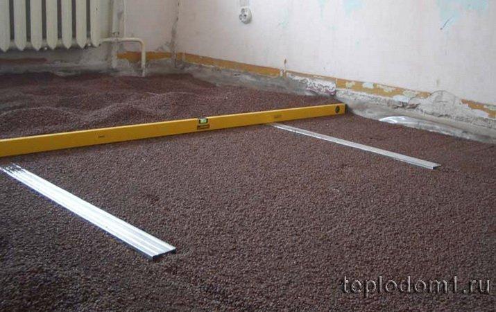 Разравнивание керамзита для сухой стяжки