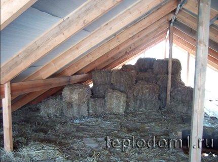 Потолок на даче можно утеплить соломой