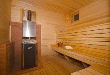 Внутри бани потолок обшивается досками, затем размещается утеплитель