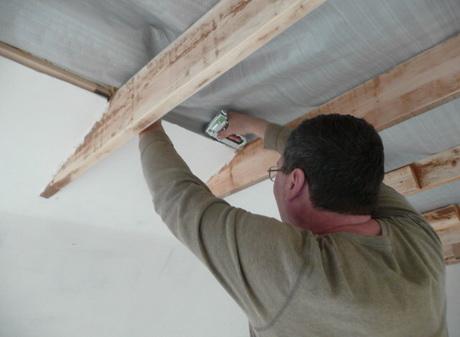 Установка пароизоляции на потолке