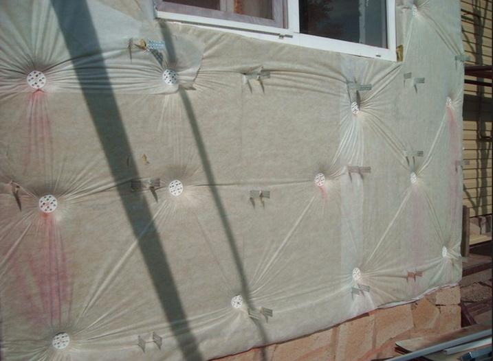 Закрепление минеральной ваты на стене снаружи