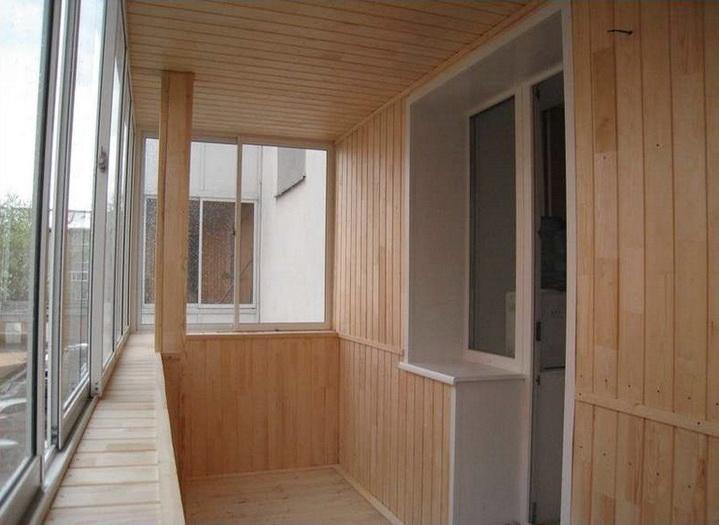 Балкон может быть отделан не только вагонкой