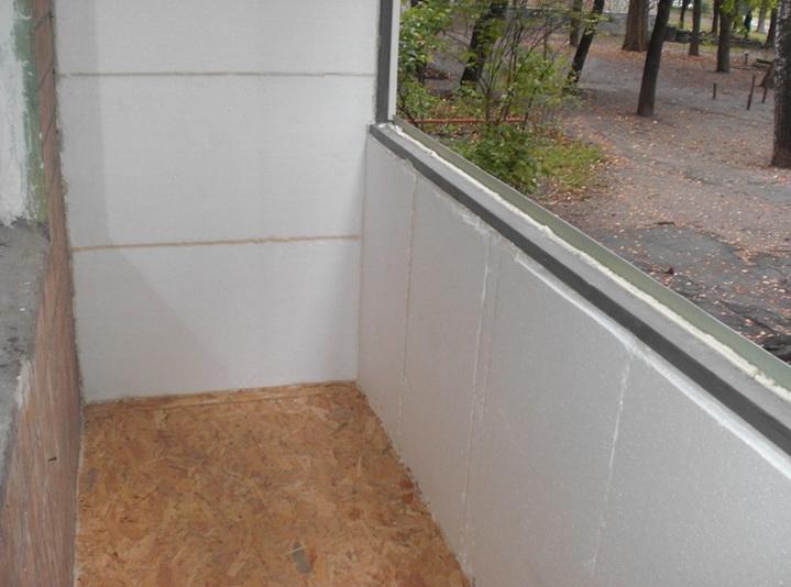 Утеплитель наклеивается на стены и штукатурится