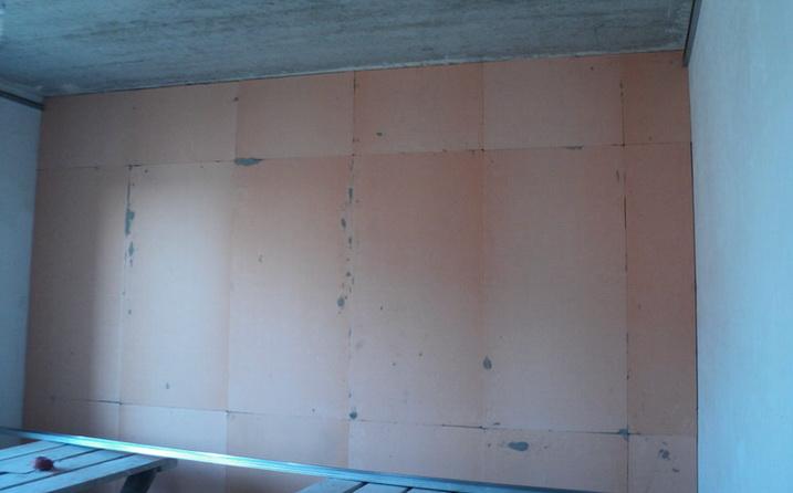 Стена обклеенная пенополистиролом изнутри