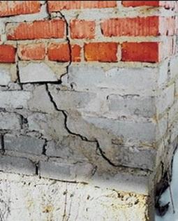 Трещины в стене вследствие морозного пучения