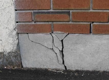 Разломы фундамента от пучения грунта