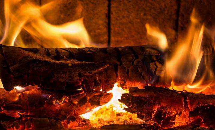 Дрова горят ярким пламенем