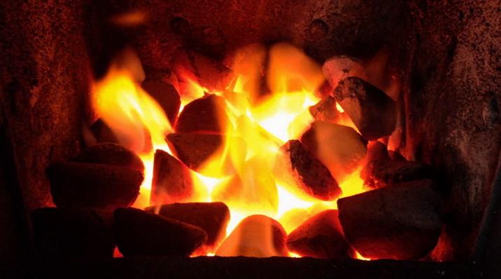 Уголь горит довольно ярко