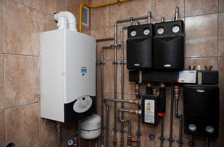 Газовый котел на стене топочной
