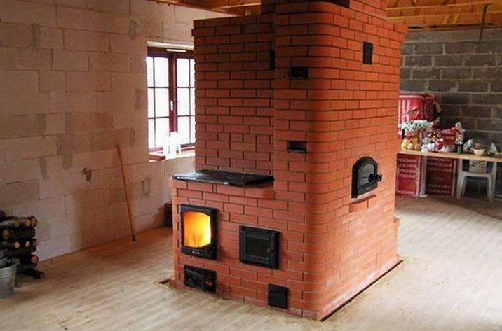 Хорошая печь по центру небольшого дома
