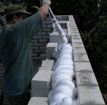 Пеноизолом утепляют стены трехслойной конструкции