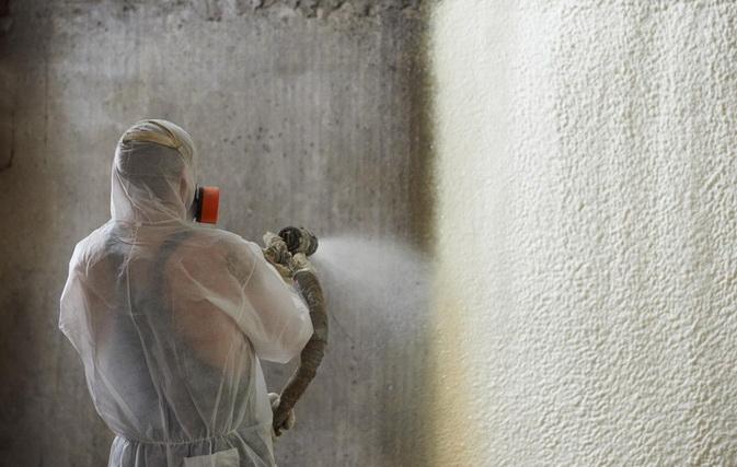 Напыляем пенополиуретан на стену за опалубку