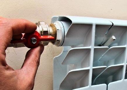 Кран устанавливается на радиатор с подмоткой льном