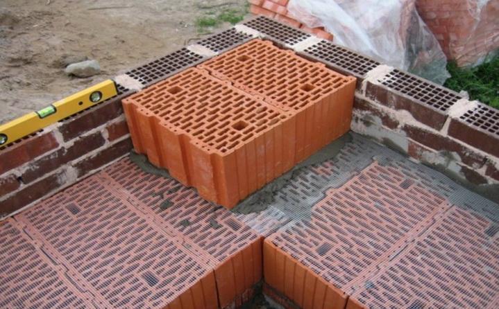 Кладка блоков выполняется на теплом растворе