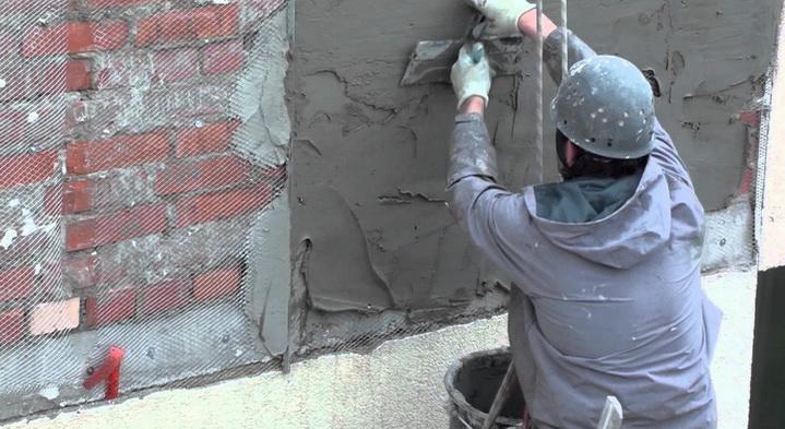 Насесение штукатурки на стену требует мастерства исполнителя