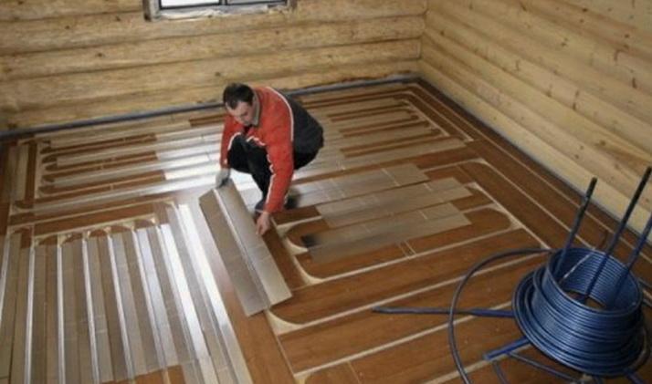 Укладка металлических листов - распределителей тепла в теплом полу