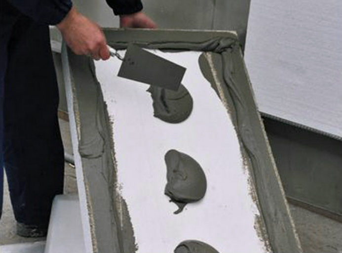Пенопласт наклеивается на стену специальным клеем