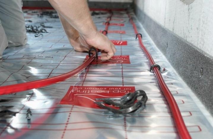 Укалдка трубопровода теплого пола на фольгированную подложку