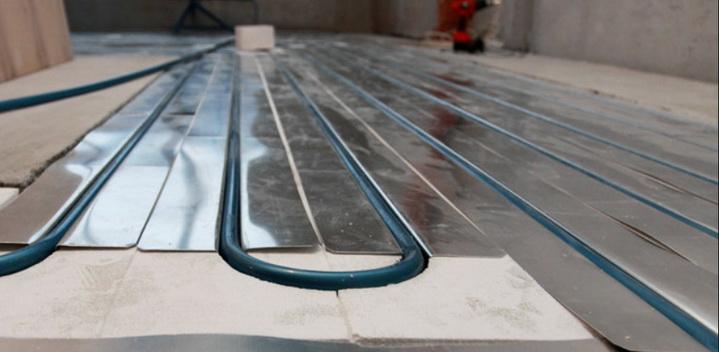 Укладка труб в металлические пластины сухой стяжки