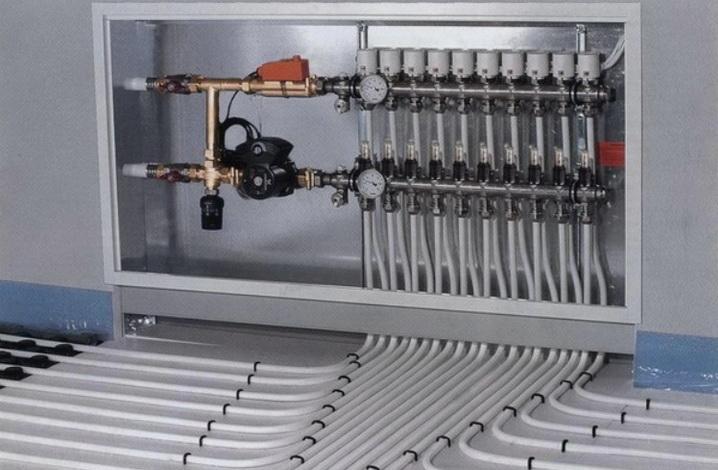 Коллектор в сборе в шкафу с подключенными трубопроводами