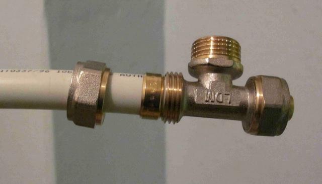 Течь на соединении металлопластиковых труб с компрессионным фитингом