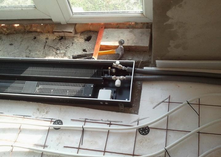 Конвектор может быть установлен в паре с теплым полом