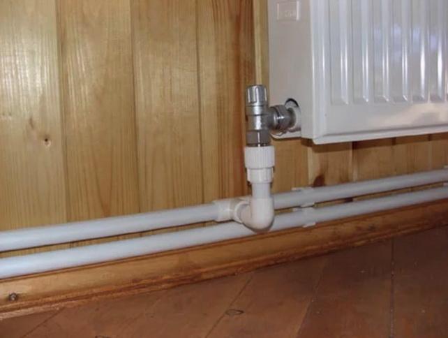 Радиатор подключается к попутной схеме через регулировочный кран