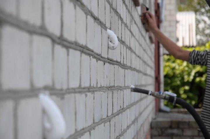 Пеноизолом заделывают полости в стенах