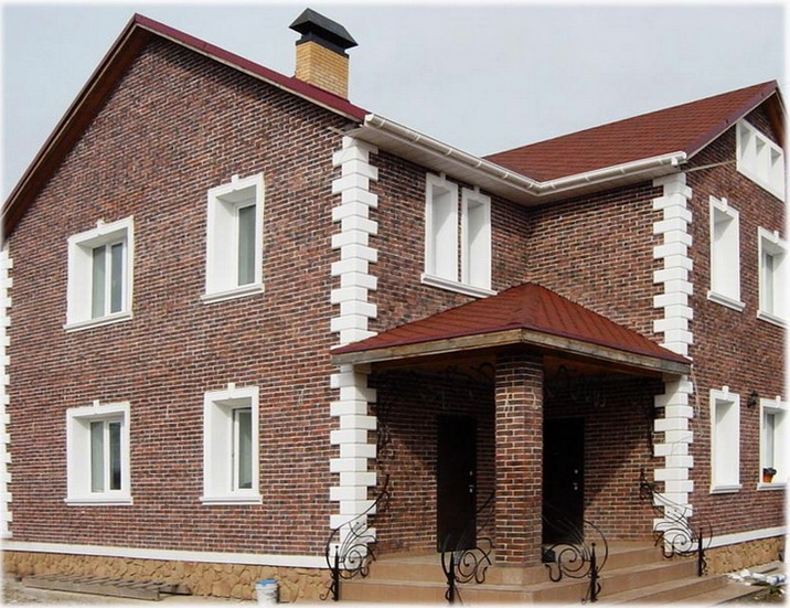 Кирпичный фасад дома в трехслойной стене
