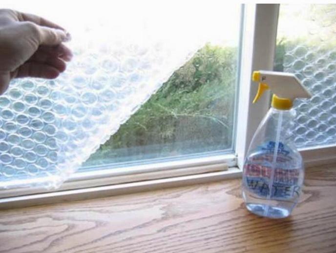 Наклейка на стекла пленки поможет сберечь тепло