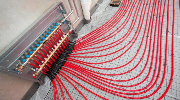 Трубы подключенные к коллектору теплого пол