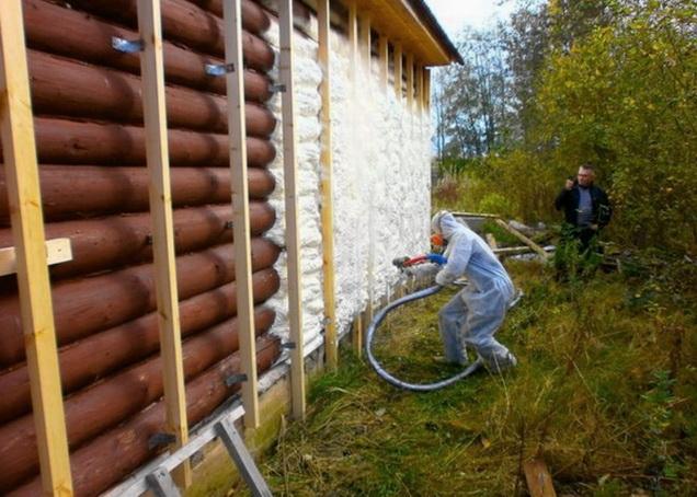 Создается пароизоляция деревянного дома пенополиуретаном
