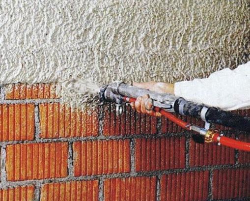 Напыление производится на стену