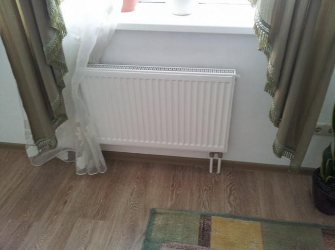 Радиатор подключенный трубопроводом под полом