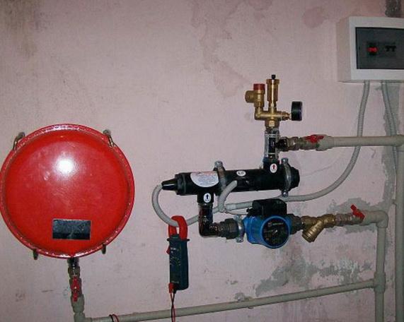 Электродный котел на стене