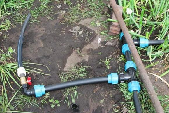 Для подачи холодной воды применяются просто полиэтиленовые трубы