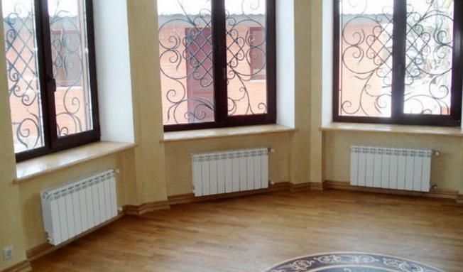 Радиаторы установлены под окнами