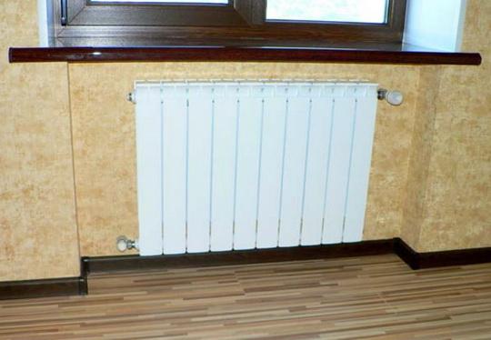 Длинный радиатор установлен под окном