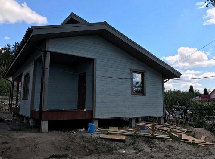 Хороший дом из щитов с окнами