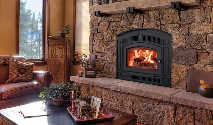 в доме с печью, горят дрова