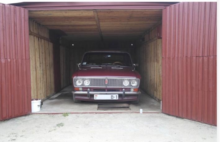 Классная машина в гараже