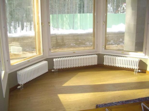 низкие радиаторы под высокими окнами